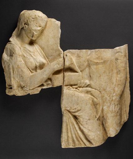 Τα τμήματα του επιτύμβιου αναγλύφου (αρ. ευρ. Μουσείου Getty 73.ΑΑ.115) που θα επαναπατριστεί από το Μουσείο Getty.
