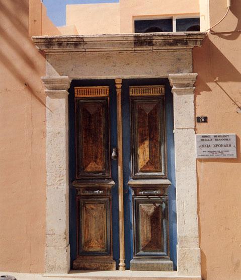 Η είσοδος της Οικίας Χρονάκη, στο Ηράκλειο.