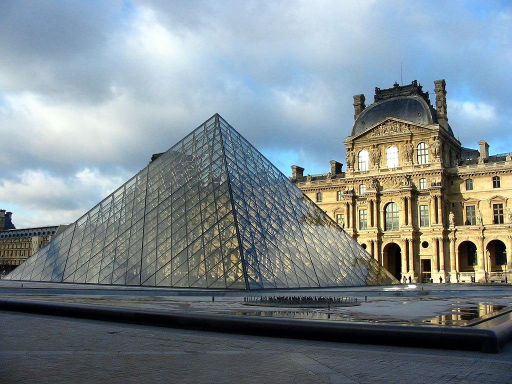 Το Μουσείο του Λούβρου και η Πυραμίδα του.