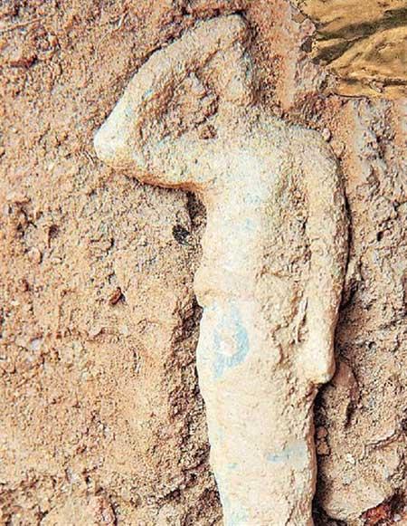 Το ειδώλιο είναι στη «στάση του αποσκοπείν», καθώς το χέρι επάνω από τα μάτια δηλώνει ότι θέλει να αποφύγει το θάμβος της θεότητας.