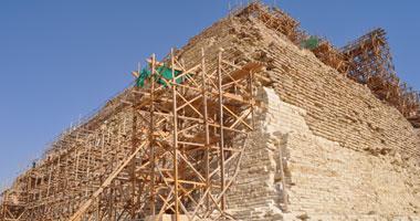 Αναστηλώνεται η βαθμιδωτή πυραμίδα.
