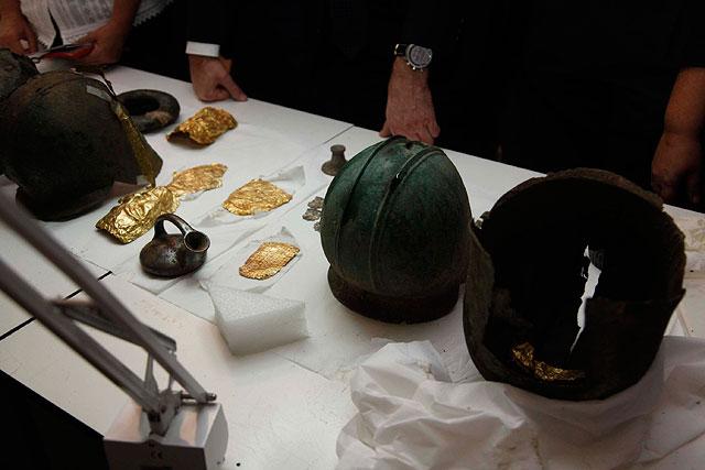 Κράνη και αντικείμενα από χρυσό, του τέλους του 6ου αι. π.Χ., που βρέθηκαν στα χέρια αρχαιοκαπήλων.