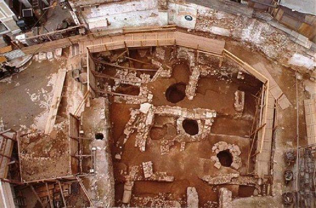 Αρχαία πηγάδια που ανασκάφηκαν στο κέντρο της Αθήνας στο πλαίσιο της κατασκευής του Μετρό.