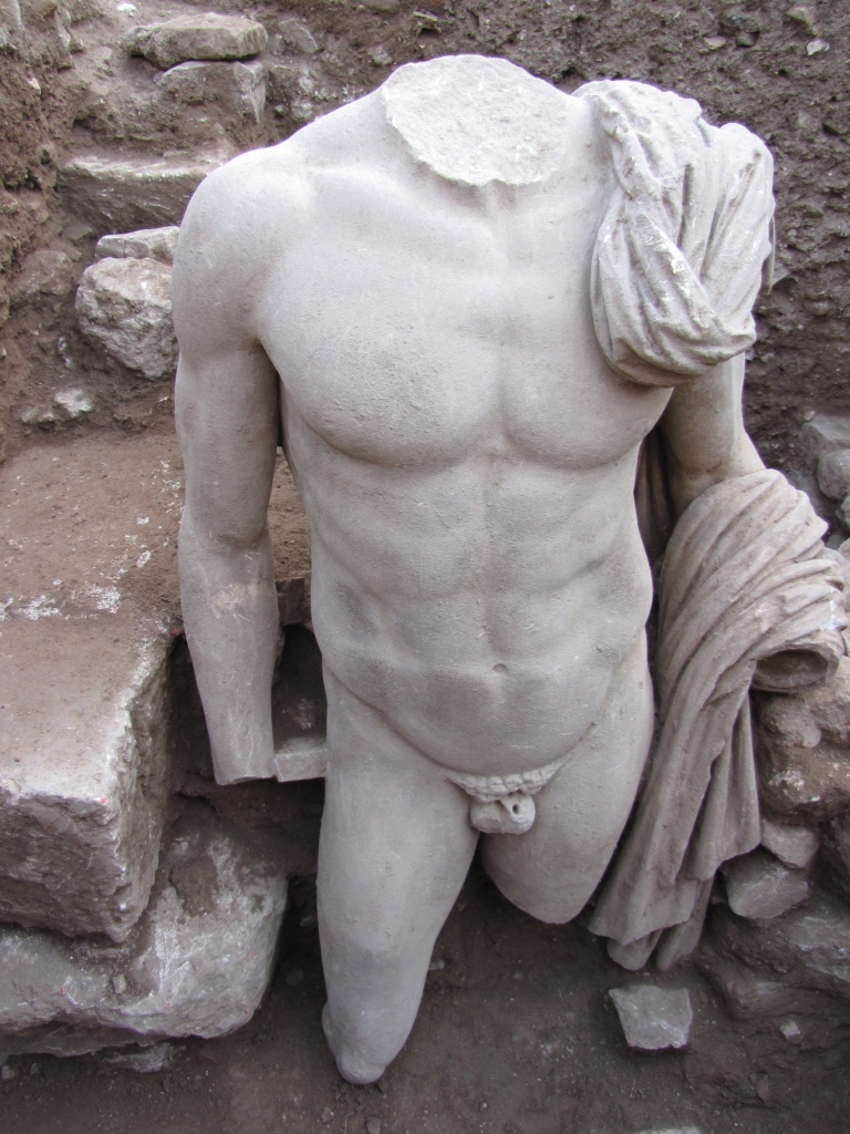 Άγαλμα του 2ου αι. μ.Χ. από τη Μικρή Επίδαυρο.