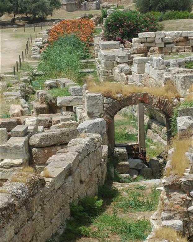 Η κοίτη του Ηριδανού στον Κεραμεικό, εγκιβωτισμένη από την αρχαιότητα για την αποφυγή πλημμυρών.