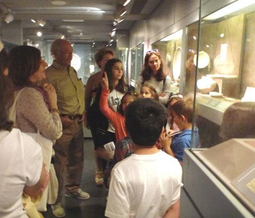 Με την πολύτιμη βοήθεια της αρχαιολόγου-μουσειοπαιδαγωγού Κατερίνας Σταμίδη γονείς και παιδιά ξεναγούνται στο Μουσείο (φωτ. Μουσείο Κυκλαδικής Τέχνης).