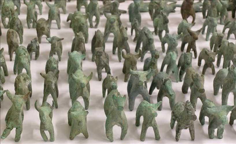 Μικρά χάλκινα αναθήματα στο βωμό του Δία από την εποχή της πρώιμης λατρείας στο ιερό της Ολυμπίας.