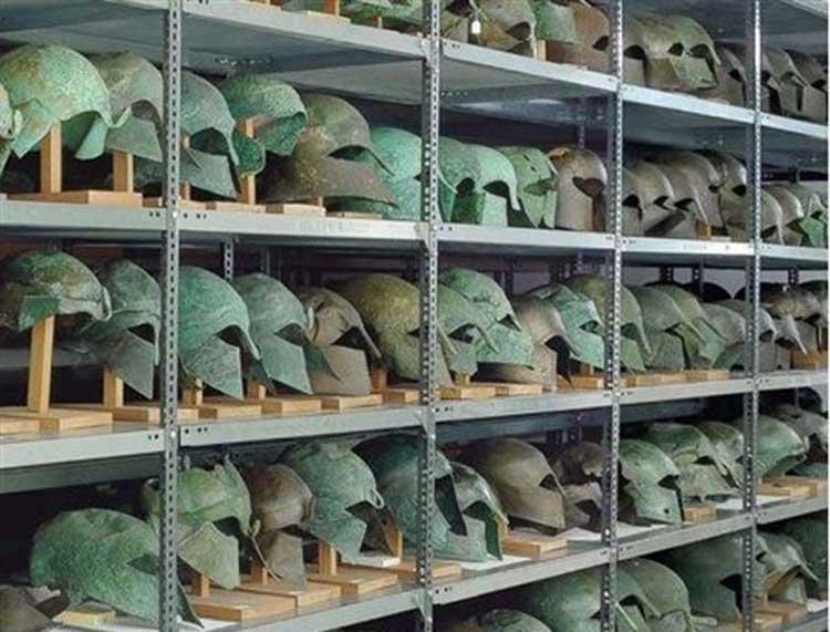 Χάλκινα κράνη από οπλισμούς που αφιερώνονταν στον Δία στο ιερό της Ολυμπίας.