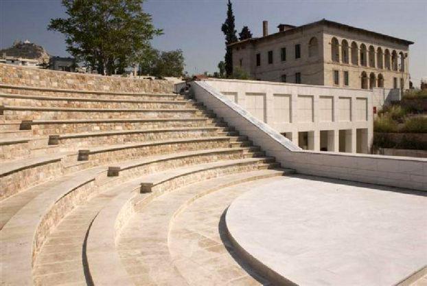 Το υπαίθριο θέατρο του Βυζαντινού και Χριστιανικού Μουσείου και στο βάθος το κτίριο του Μουσείου.