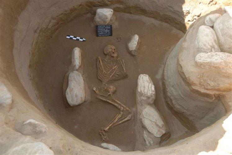 Ταφή που ήρθε στο φως κατά τις ανασκαφές στο προϊστορικό νεκροταφείο στην περιοχή Λογκά Ελάτης.