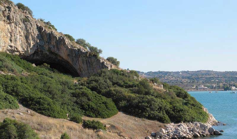 1. Το σπήλαιο. (Copyright K. Douka & C. Perles)