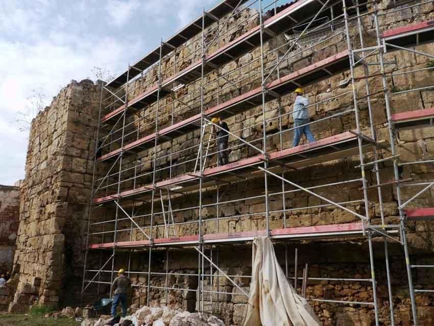 Εργασίες αποκατάστασης και συντήρησης πραγματοποιούνται στα βυζαντινά τείχη στο λόφο Καστέλι των Χανίων.