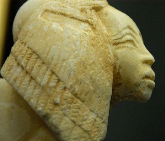 Εικ. 9: Κίβδηλη κεφαλή συγγενούς του φαραώ Ακενατών.