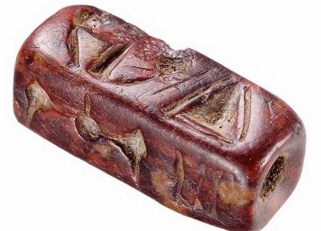 Σφραγίδα από βαθυκόκκινο ίασπη, που φέρει σε όλες τις πλευρές της εγχάρακτα σημεία της μινωικής ιερογλυφικής γραφής. Ιερό κορυφής στον Βρύσινα.
