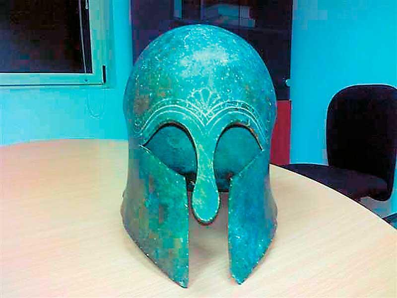Το χάλκινο, κορινθιακού τύπου κράνος, που βρέθηκε στην κατοχή αρχαιοκαπήλων στον Πύργο Ηλείας.