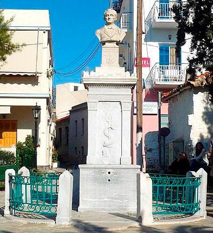 Εικ. 4. Μαρμάρινη κρήνη πλατείας Κολωνακίου που χρησιμοποιήθηκε ως στυλοβάτης της προτομής  του Καποδίστρια στην Αίγινα.