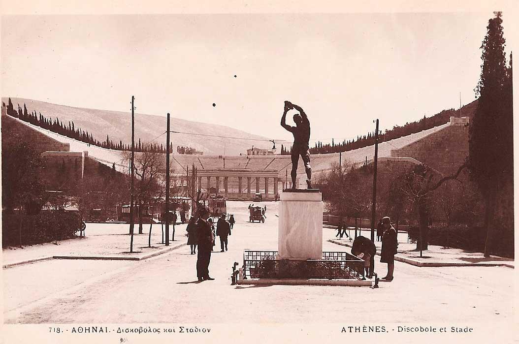 Εικ. 8. Ο Δισκοβόλος, μπροστά από το Στάδιο. Αρχείο Δημοτικής Βιβλιοθήκης.