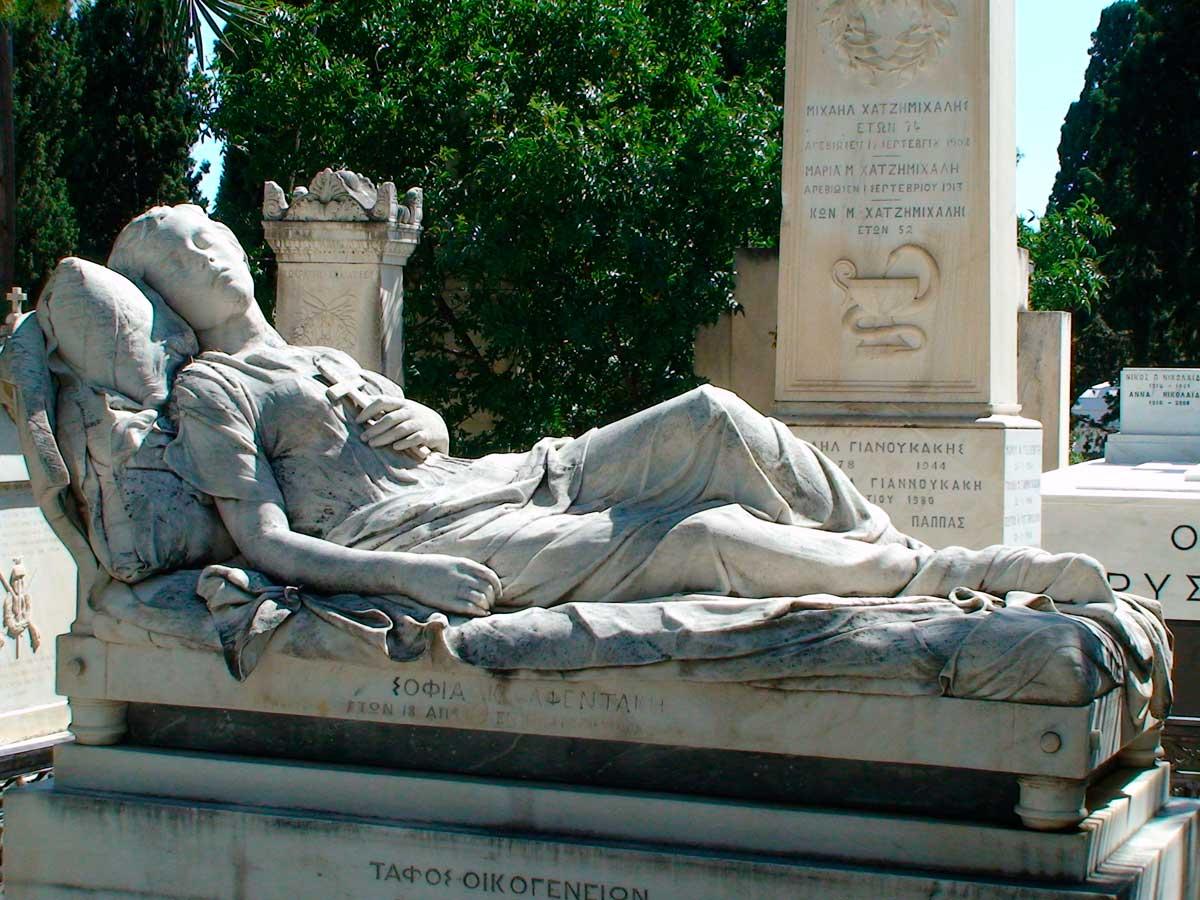 Η «Κοιμωμένη» του Γιαννούλη Χαλεπά στο Α' Νεκροταφείο Αθηνών.