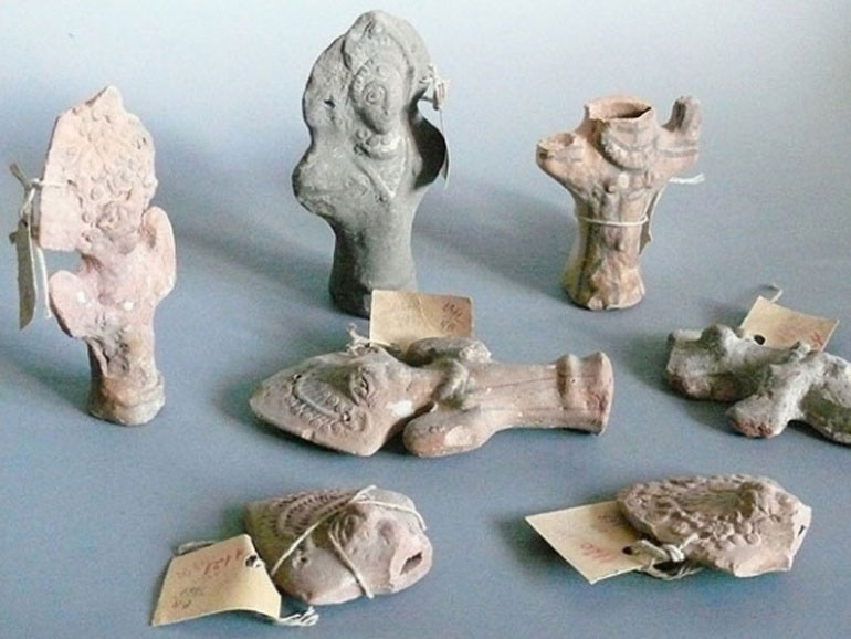 Ορισμένα από τα πήλινα αντικείμενα της συλλογής.
