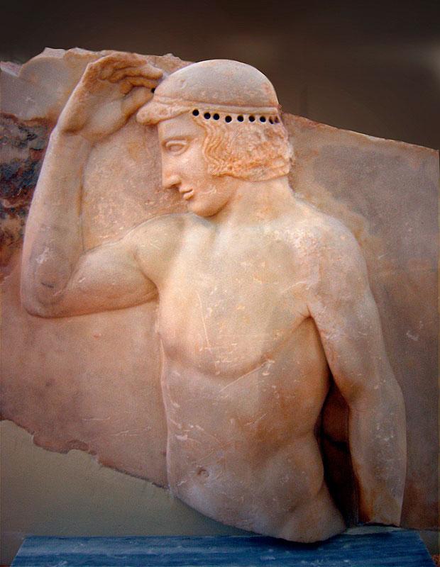 Ο «Αυτοστεφανούμενος έφηβος». Ανάγλυφο, 460 π.Χ. Εθνικό Αρχαιολογικό Μουσείο, Αθήνα.