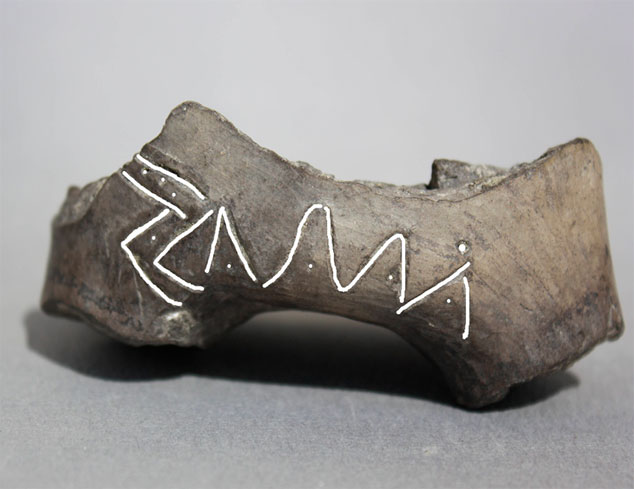 Εικ. 15. Εγχάρακτα σημεία (σύμβολα) σε πήλινο αγγείο που βρέθηκε στον προϊστορικό λιμναίο οικισμό του Δισπηλιού Καστοριάς και χρονολογήθηκε γύρω στα 5500 π.Χ.