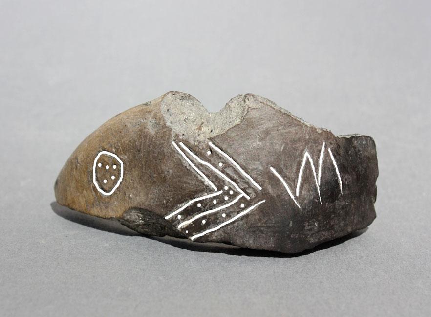 Εικ. 16. Εγχάρακτα σημεία (σύμβολα) σε πήλινο αγγείο που βρέθηκε στον προϊστορικό λιμναίο οικισμό του Δισπηλιού Καστοριάς και χρονολογήθηκε γύρω στα 5500 π.Χ.