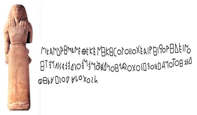 Εικ. 23. Το άγαλμα της Αρτέμιδος, που βρέθηκε στη Δήλο, με χαραγμένη στον αριστερό μηρό την αναθηματική επιγραφή  της Νικάνδρας. Χρονολογήθηκε στον 7ο αι. π.Χ.