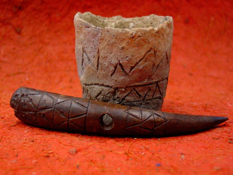 Εικ. 33. Αντικείμενα από το Δισπηλιό με εγχάρακτα σημεία (σύμβολα).
