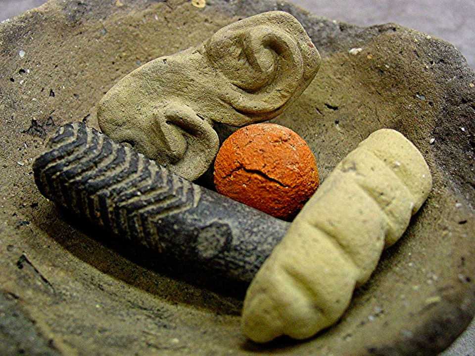 Εικ. 34. Αντικείμενα πήλινα, πέτρινα, κοκάλινα από το Δισπηλιό με εγχάρακτα σημεία (σύμβολα).