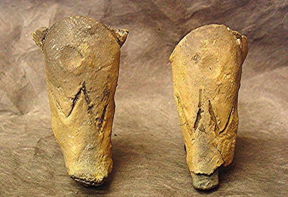 Εικ. 36. Αντικείμενα από το Δισπηλιό με εγχάρακτα σημεία (σύμβολα).