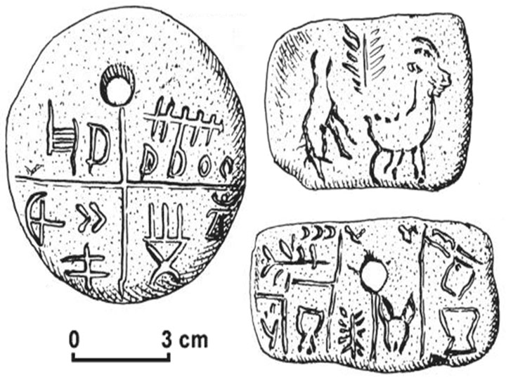Εικ. 8. Πήλινο εύρημα, με εγχάρακτα σημεία του πολιτισμού. Βρέθηκε το 1961 από την αρχαιολόγο Zsófia Torma στην Tărtăria της Ρουμανίας και χρονολογήθηκε στο 5300 π.Χ.