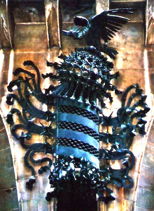 Εικ. 6. Βαρκελώνη, Μέγαρο Güell, 1886 – '88, Πρόσοψη, λεπτομέρεια (Φοίνικας και ασπίδα με τις λωρίδες της σημαίας της Καταλονίας).