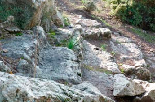 Εδώλια του θεάτρου λαξευμένα στο βράχο;