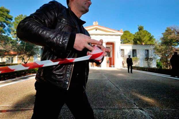 Αστυνομικοί αποκλείουν το μουσείο της Αρχαίας Ολυμπίας μετά την ένοπλη ληστεία.