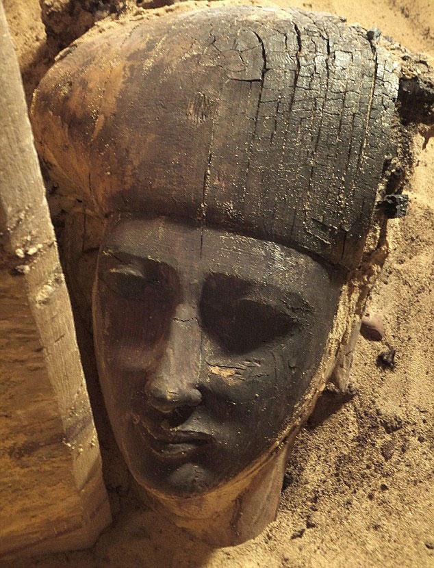 Το πρόσωπο μιας ανθρωπόμορφης σαρκοφάγου έρχεται στο φως κατά τη διάρκεια ανασκαφής στο Qubbet el-Hawa του Ασουάν (Αίγυπτος).