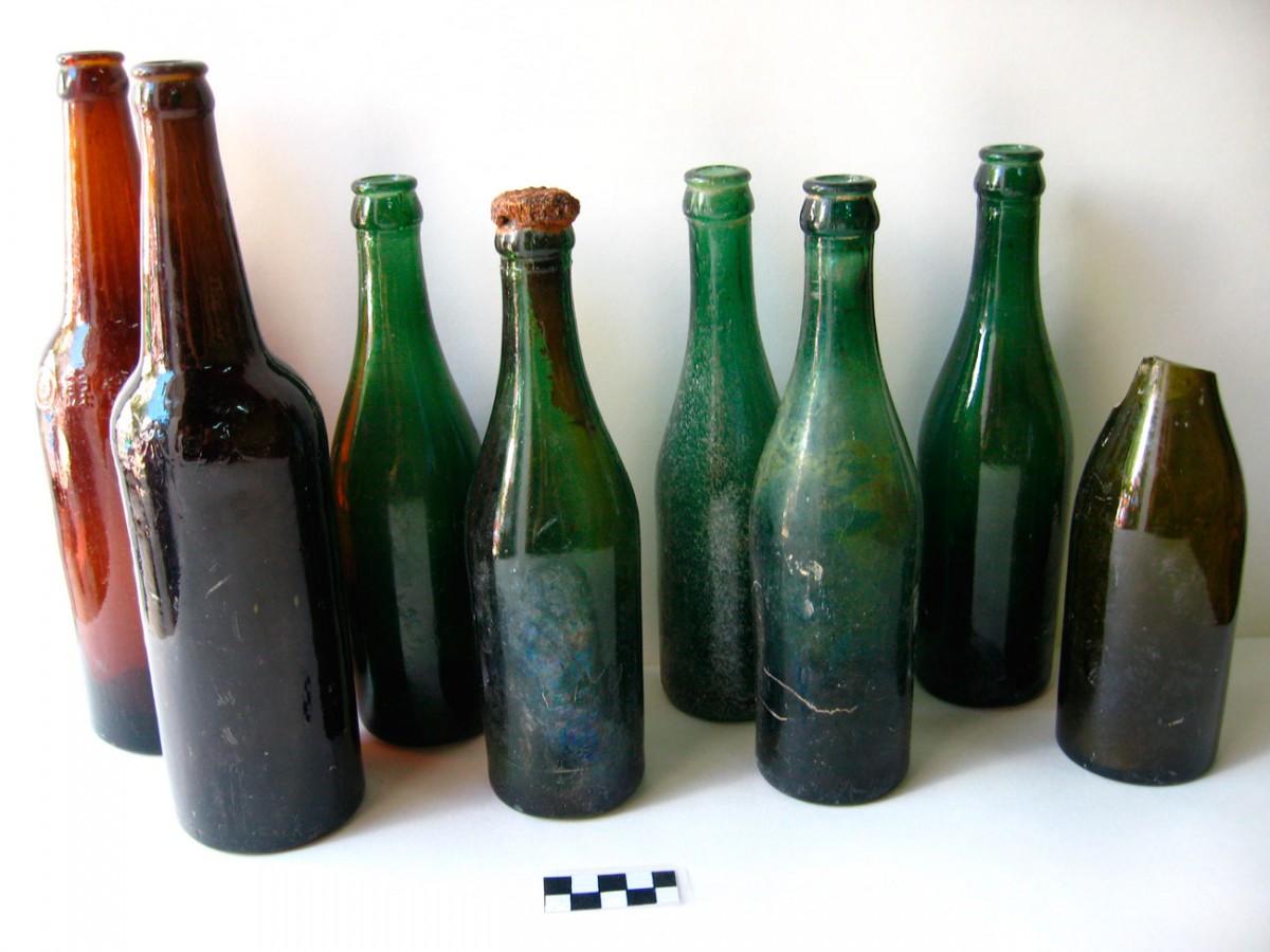 Εικ. 10. Φιάλες κρασιού από το όρυγμα των Συμμάχων πάνω στο Κουκονήσι.