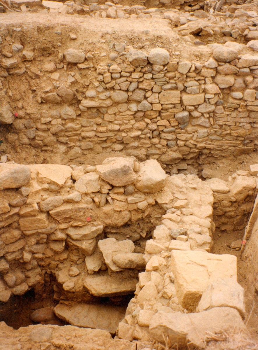 Εικ. 13. Οικοδομικά κατάλοιπα της Πρώιμης και Μέσης Χαλκοκρατίας - Οδός Ζεφύρου (Τομή 2).