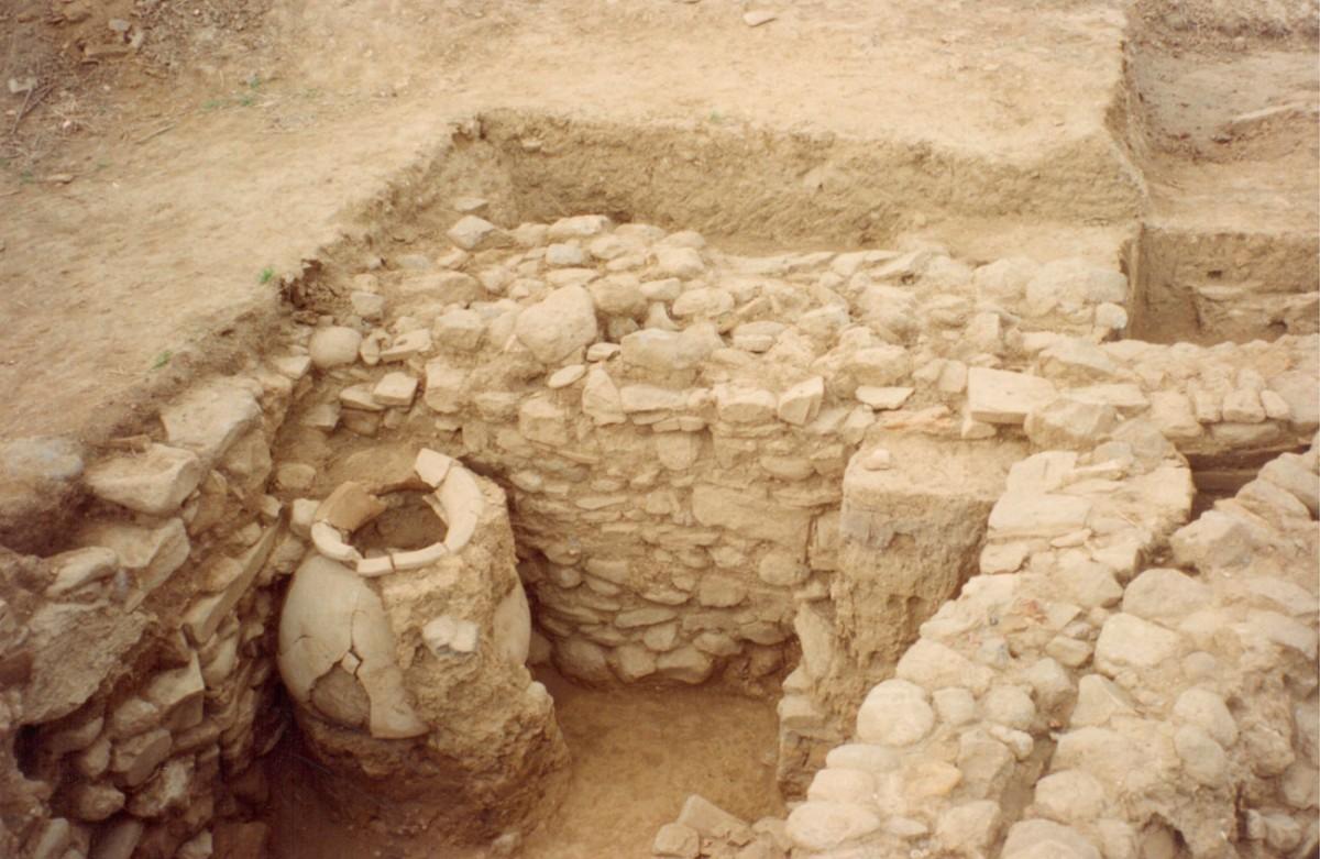 Εικ. 16. Αρχιτεκτονικά κατάλοιπα της Μέσης και της αρχόμενης Ύστερης Χαλκοκρατίας (Τομή 3).