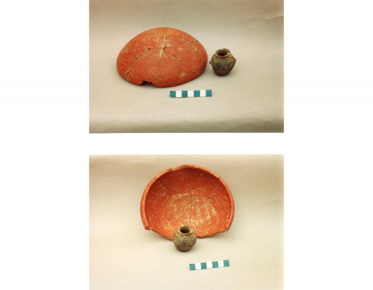 Εικ. 25. Ερυθρεπίχριστη φιάλη και μικρογραφικό αγγείο της Πρώιμης Χαλκοκρατίας (Τομή 3).