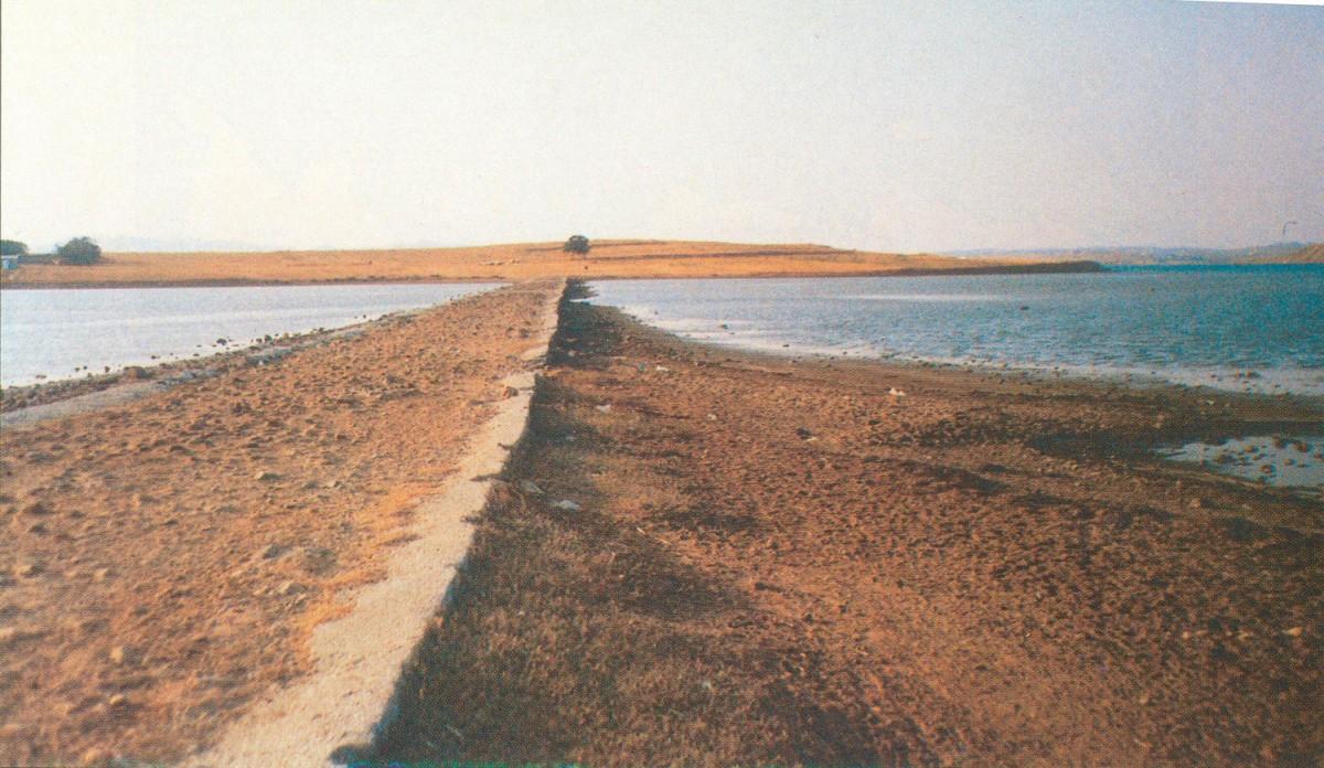 Εικ. 4. Ο τεχνητός δρόμος πρόσβασης στο Κουκονήσι.