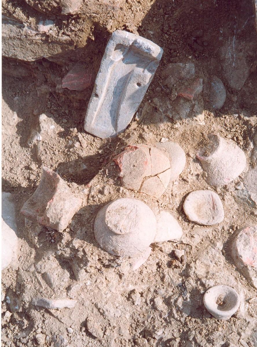 Εικ. 45. Μινωικού τύπου άωτα κωνικά κύπελλα και λίθινη μήτρα για την κατασκευή μονόστομων πελέκεων από τη «μινωίζουσα γειτονιά».