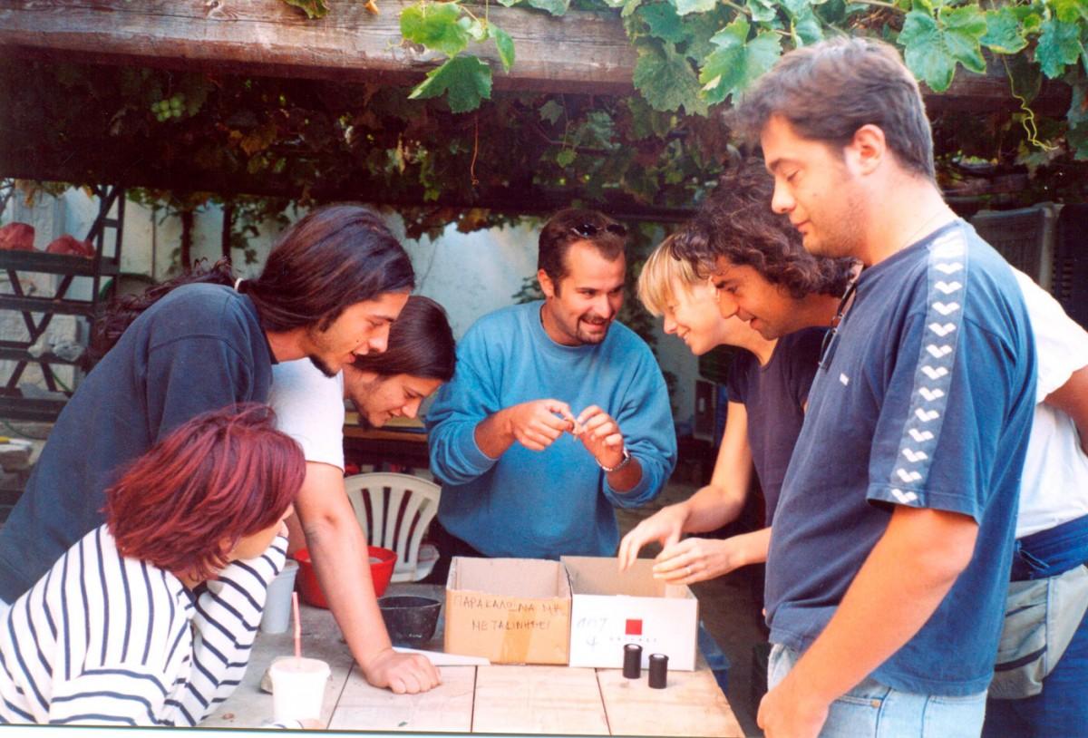 Εικ. 51. Η ανασκαφική ομάδα σε στιγμιότυπο συντήρησης της κεραμικής στην αυλή του Αρχαιολογικού Μουσείου Μύρινας.