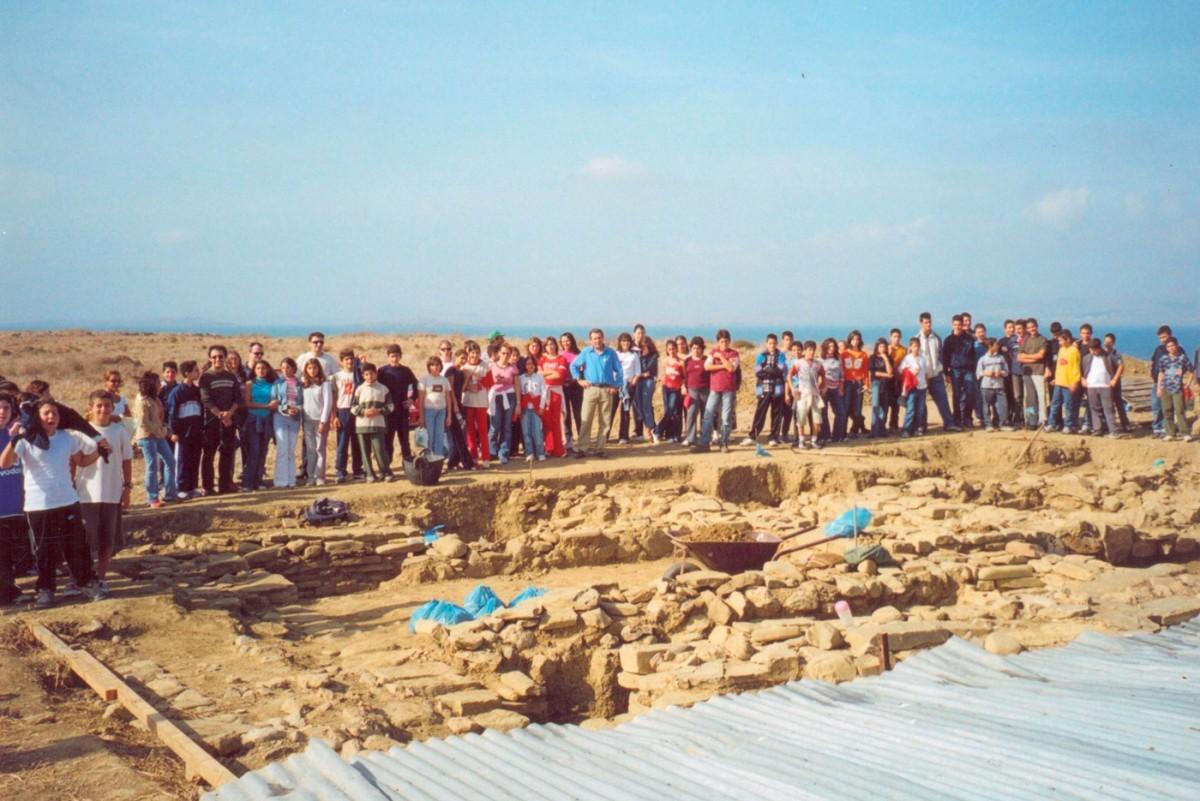 Εικ. 52. Επίσκεψη σχολείων του Μούδρου στο Κουκονήσι κατά τη διάρκεια της ανασκαφής.