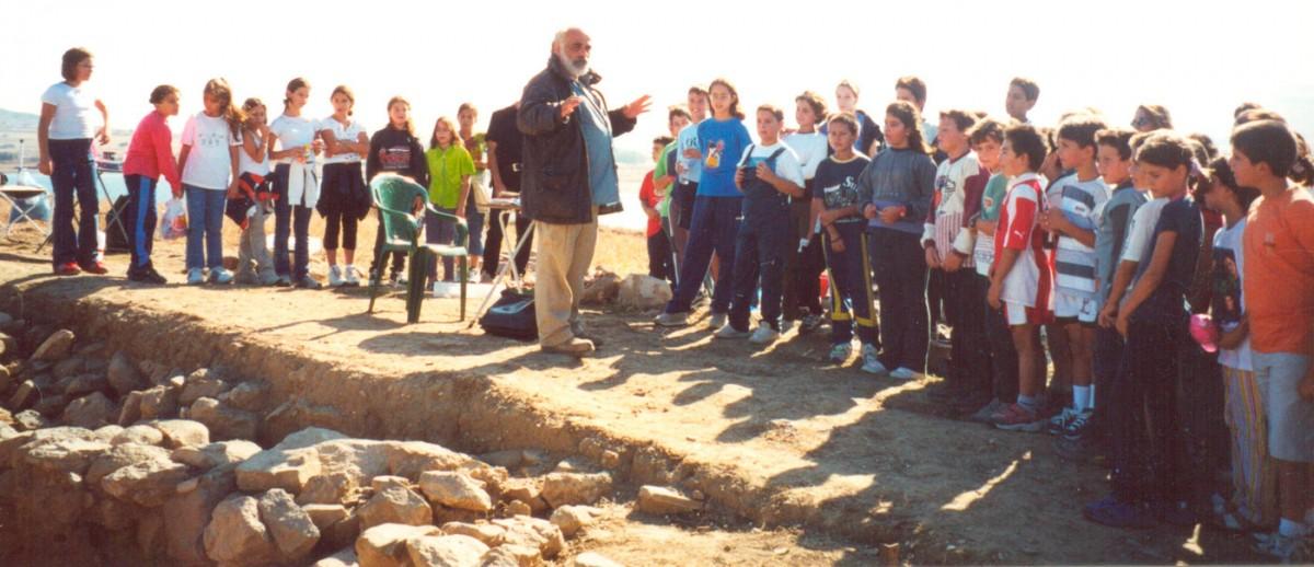 Εικ. 53. Ο διευθυντής της ανασκαφής ξεναγεί μαθητές του Μούδρου.