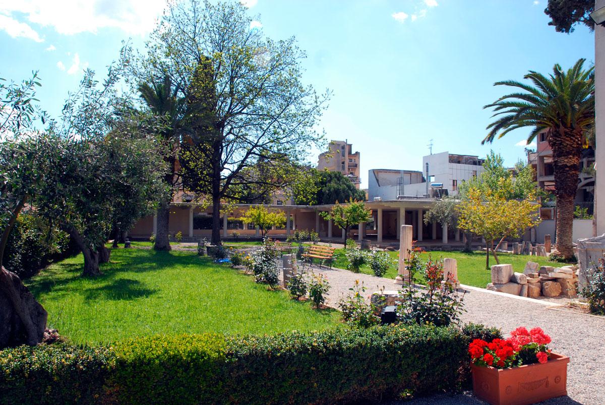 Άποψη του κήπου του Μουσείου και των στεγάστρων, όπου και τα ελληνορωμαϊκά ψηφιδωτά.