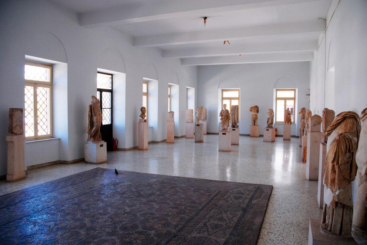 Άποψη του πρώτου ορόφου του Αρχαιολογικού Μουσείου Άργους με ελληνορωμαϊκά γλυπτά.