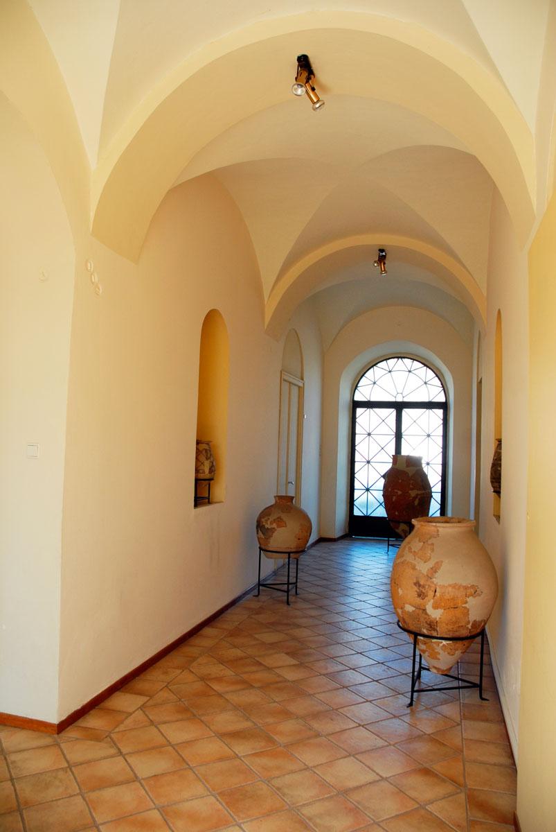 Το ισόγειο του Αρχαιολογικού Μουσείου Άργους με ευρήματα της Λέρνας.