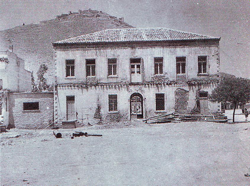 Το κτίριο Καλλέργη στο τέλος της δεκαετίας του 1950, λίγο πριν αρχίσουν οι εργασίες για το μουσείο του Άργους (αρχείο ΓΑΣ Αθηνών).