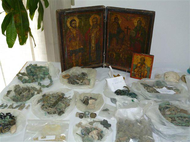 Πολύτιμα αντικείμενα που βρέθηκαν στα χέρια αρχαιοκαπήλων.