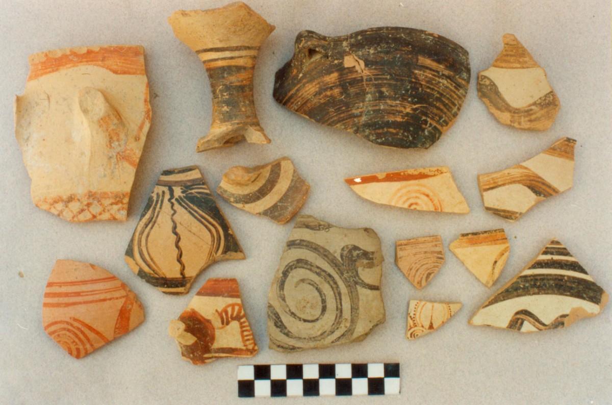 Εικ. 1. Δείγματα μυκηναϊκής κεραμικής από την επιφανειακή έρευνα στο Κουκονήσι.